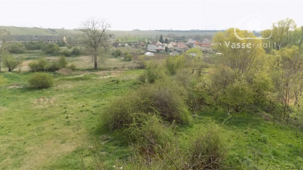 Rezervované !Na predaj investičný pozemok -zastavané plochy a nádvoria   len 15km od Štúrova .
