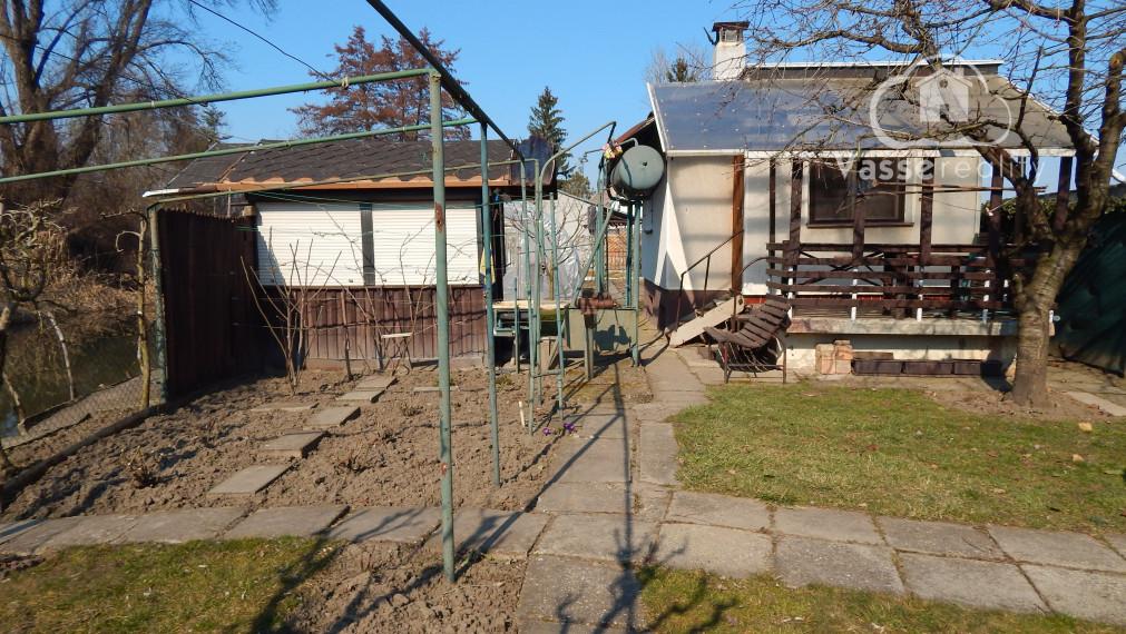 Rezerované! Ponúkame na predaj murovanú chatu v Nových Zámkoch priamo pri kúpalisku.