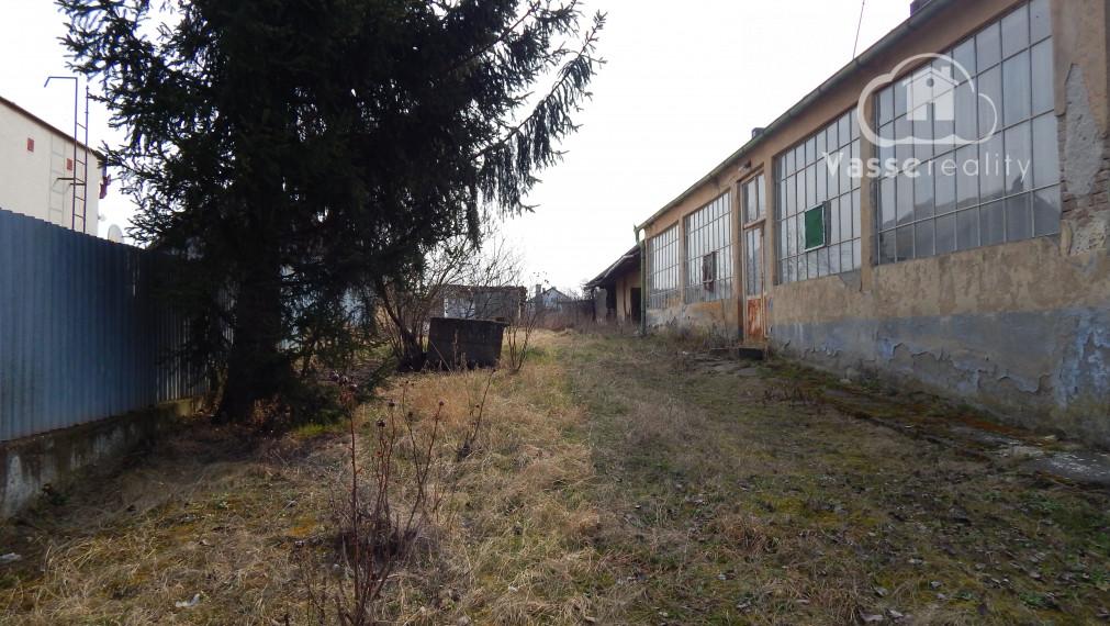 Ponúkame na predaj pozemok  na stavbu domu v obci Ľubá so starším domom vhodný na zbúranie .