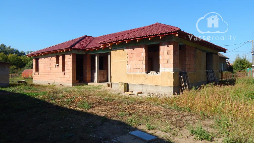 Ponúkame na predaj rozostavaný rodinný dom v Imeli iba 4km od mesta Nesvady kde je termálne kúpalisko .